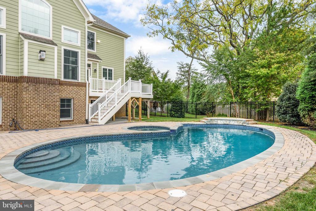 Enjoy your sparkling blue pool - 10323 LYNCH LN, OAKTON