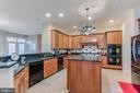 kitchen island and separate breakfast bar - 17066 WINNING COLORS PL, LEESBURG
