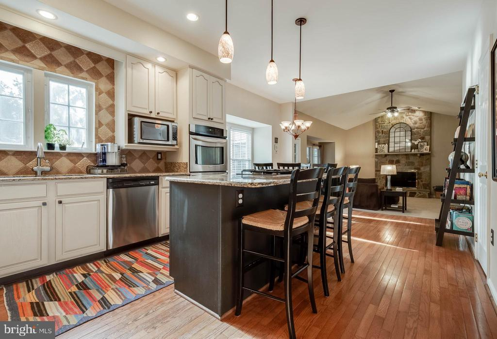 Chef's Kitchen with Large Island & Gas Cooking - 43265 KATIE LEIGH CT, ASHBURN