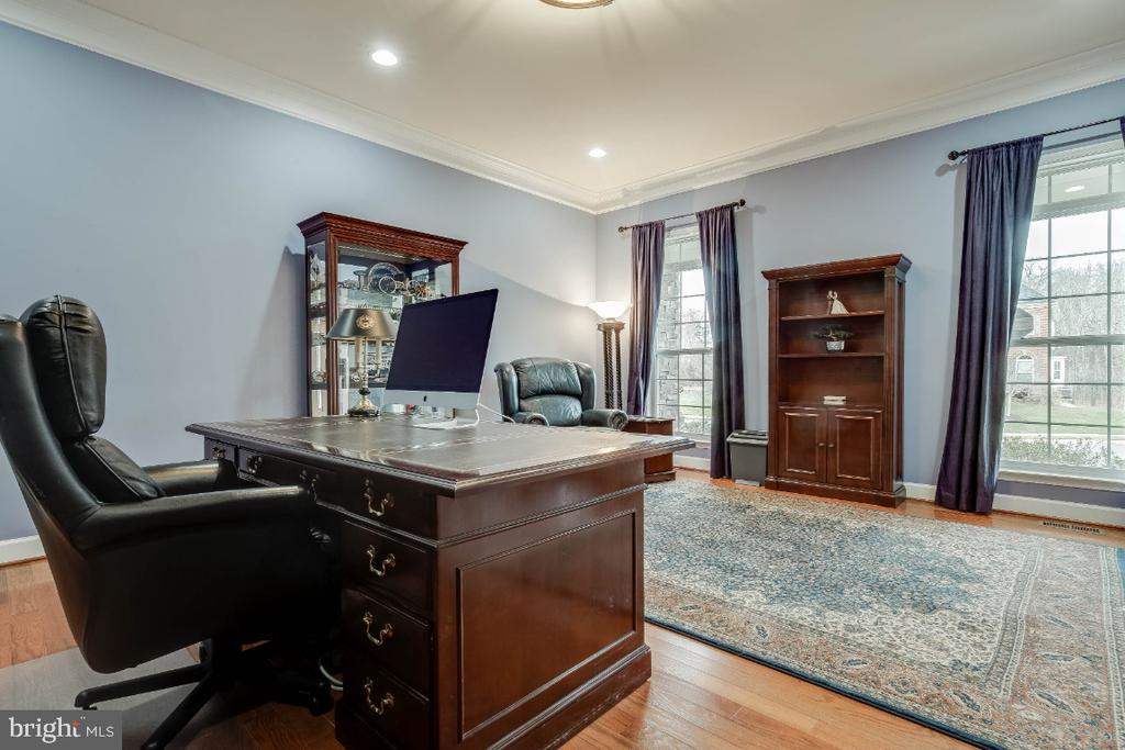 Home Office with Mouldings & Recessed Lights - 41985 RIDING MILL PL, ASHBURN