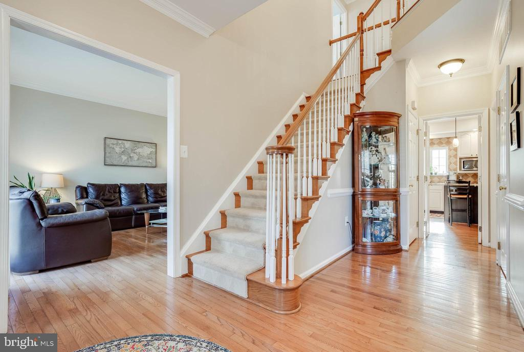 Bright 2 Story Foyer with Hardwoods - 43265 KATIE LEIGH CT, ASHBURN