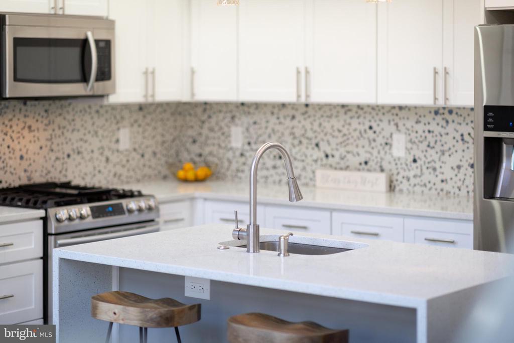 Italian White Carrara Quartz - 2109 M ST NE #9, WASHINGTON