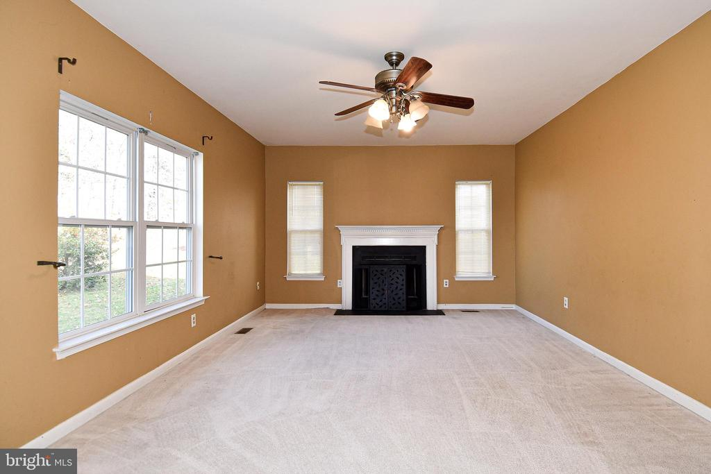 Living room w/ fireplace - 9814 SPINNAKER ST, CHELTENHAM