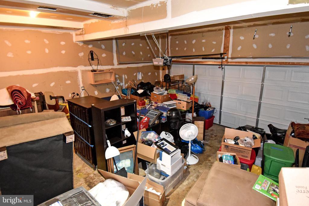 Two car garage - 9814 SPINNAKER ST, CHELTENHAM