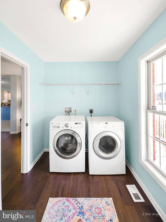 Huge laundry/ mudroom - 3812 SAINT CLAIR CT, MONROVIA