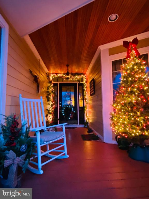 Cozy front porch welcomes family and friends - 94 CANTERBURY DR, STAFFORD