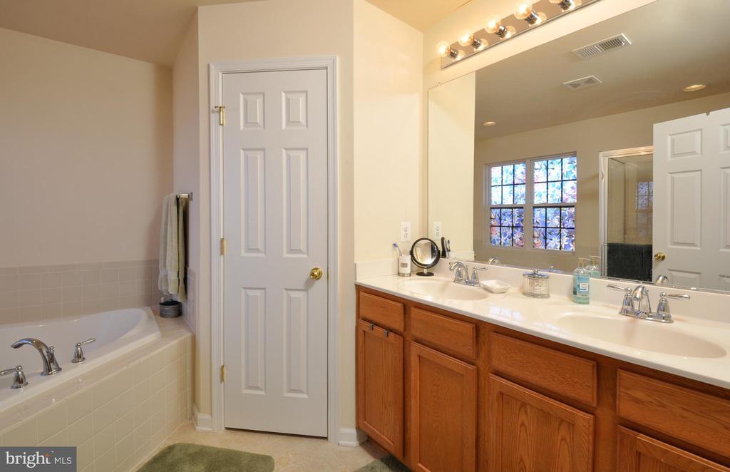 master bathroom has dual vanity and large soaker - 75 CHAPS LN, FREDERICKSBURG