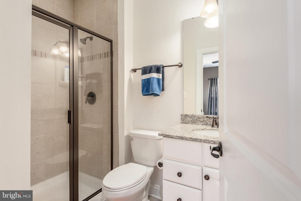 Upper Level Full Bath - 8124 TWELFTH CORPS DR, FREDERICKSBURG
