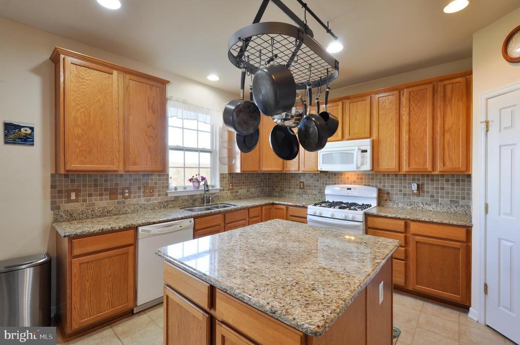 stunning kitchen with granite - 75 CHAPS LN, FREDERICKSBURG