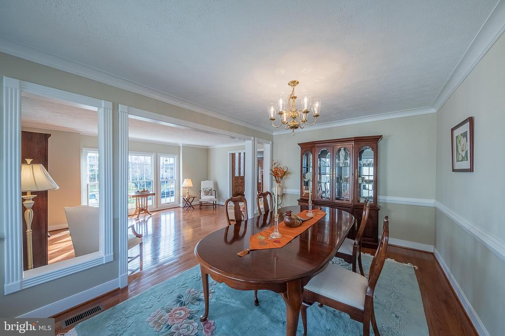 Dining room perfect for entertaining - 43260 PRESTON CT, ASHBURN