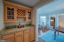Butler's pantry and wine rack - 43260 PRESTON CT, ASHBURN