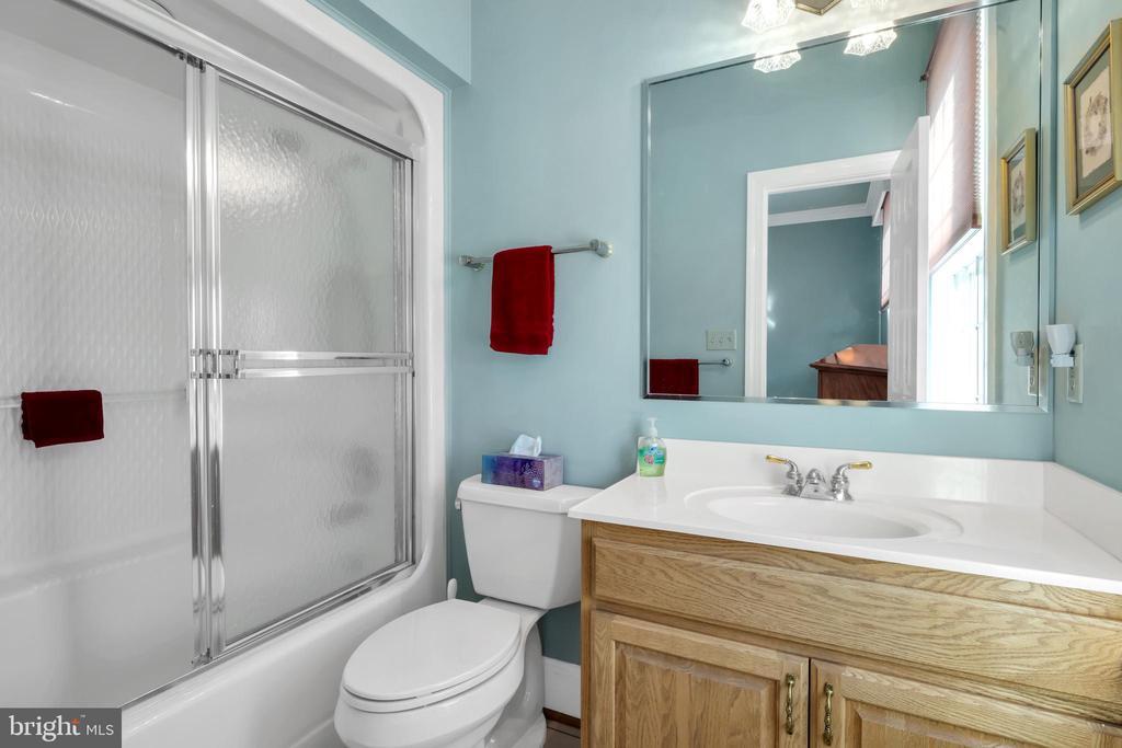 Guest room bath - 36704 SNICKERSVILLE TPKE, PURCELLVILLE