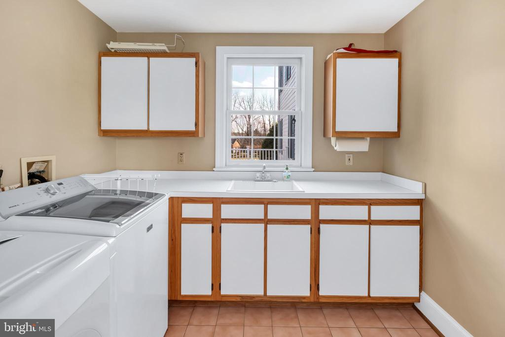 Large laundry just off the mudroom - 36704 SNICKERSVILLE TPKE, PURCELLVILLE