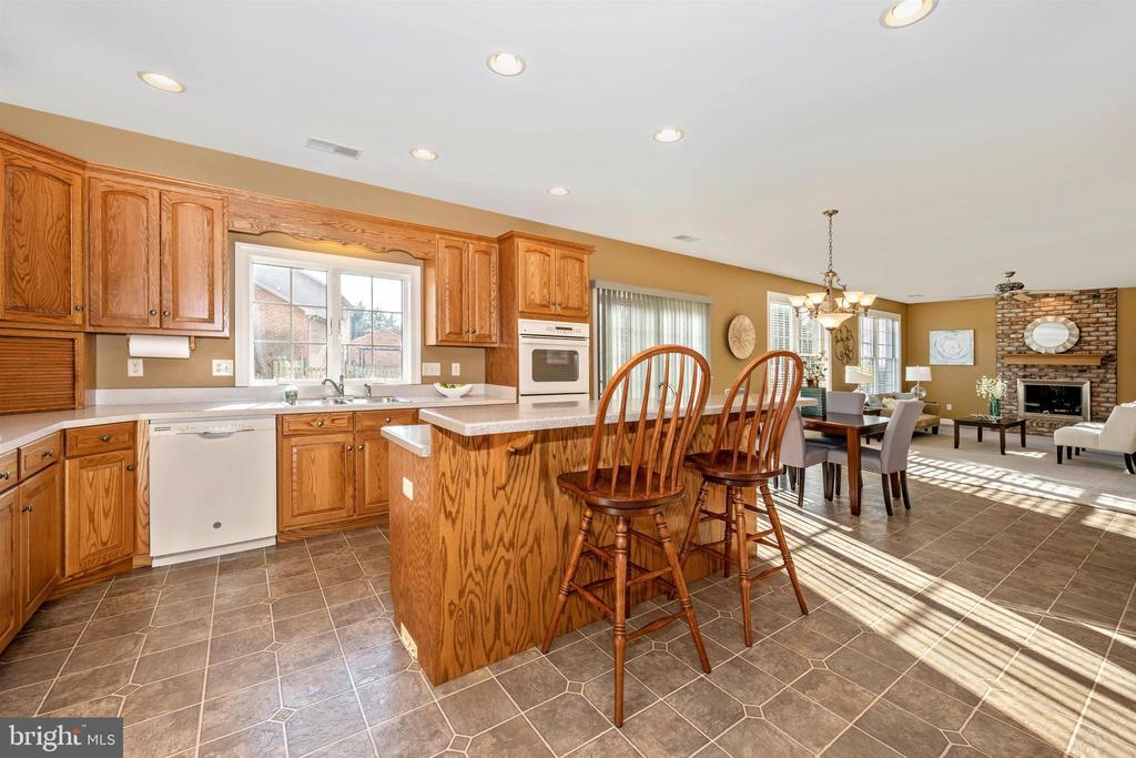 kitchen, breakfast area, family room - 10616 BRATTON CT, WILLIAMSPORT