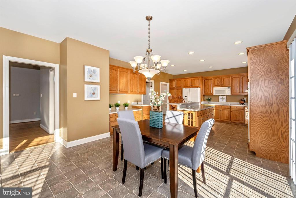 perfect for breakfast & casual dining - 10616 BRATTON CT, WILLIAMSPORT