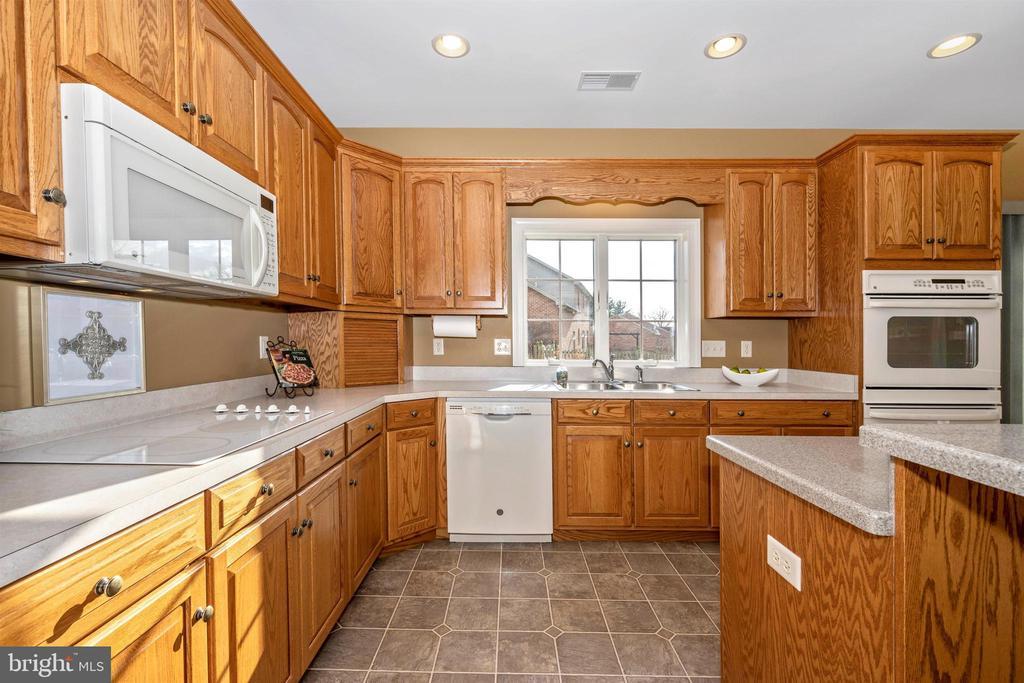 upscale appliances - 10616 BRATTON CT, WILLIAMSPORT