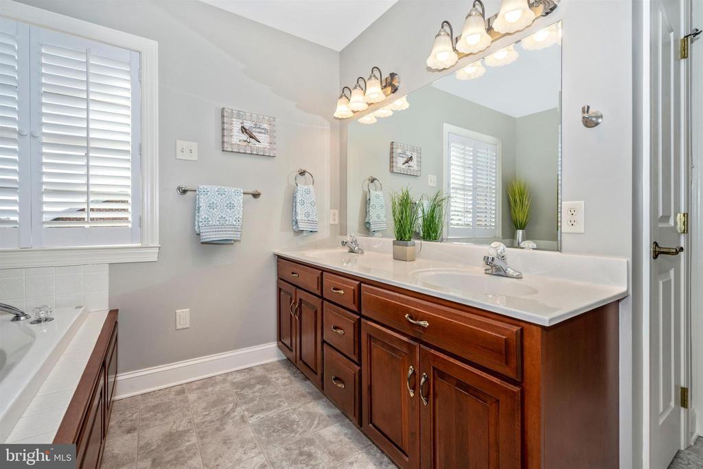 Dual vanities in Master bathroom - 10616 BRATTON CT, WILLIAMSPORT