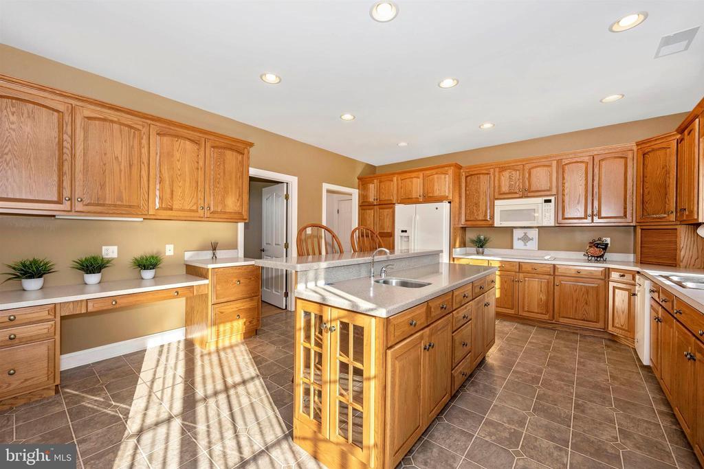 desk area & kitchen island w/ prep sink - 10616 BRATTON CT, WILLIAMSPORT