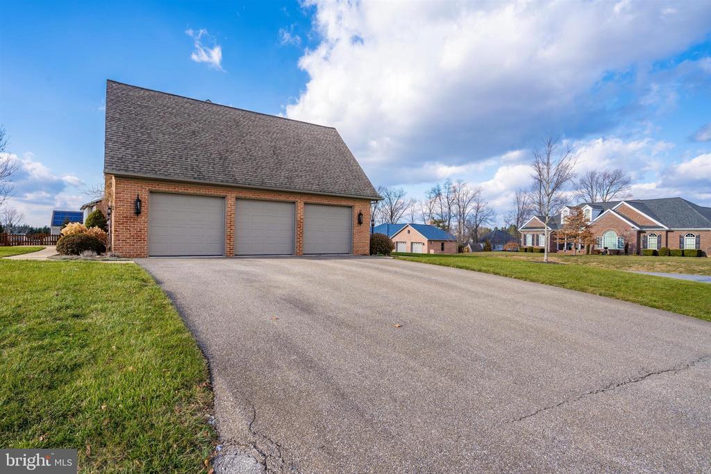 3 car garage - 10616 BRATTON CT, WILLIAMSPORT