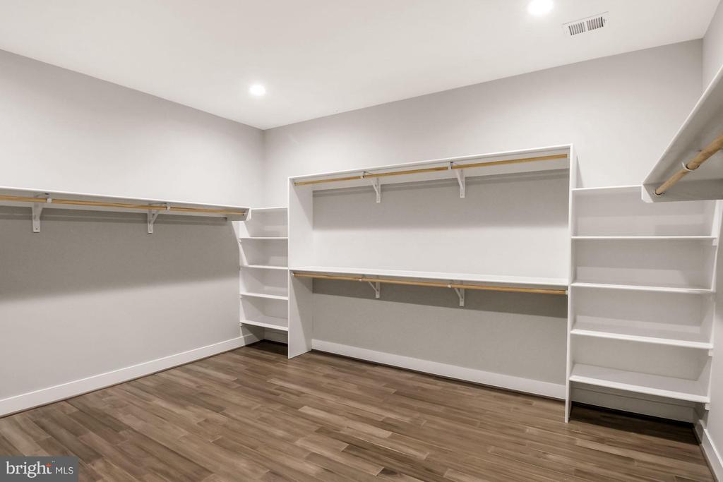 Master Walk in Closet - 4930 PRINCESS ANNE CT, FAIRFAX