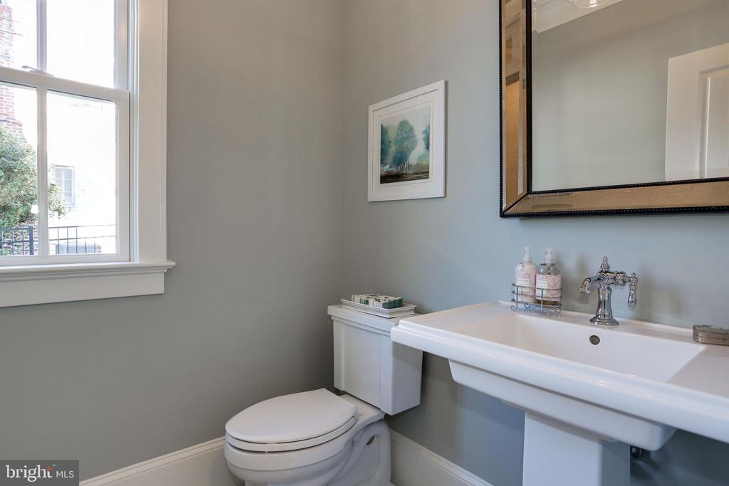 stylish details in powder room - 3465 N EMERSON ST, ARLINGTON