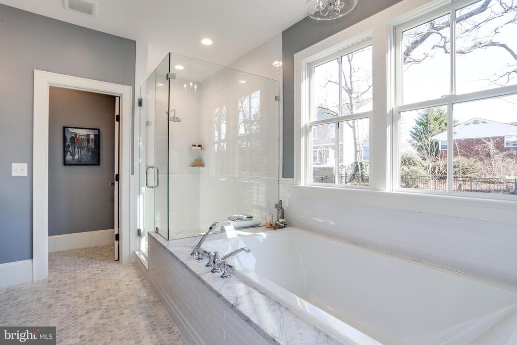 double windows at soaking tub - 3465 N EMERSON ST, ARLINGTON
