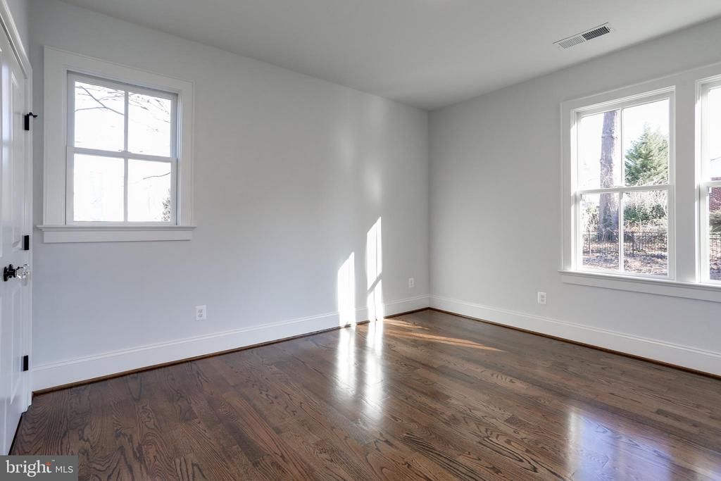 wood floors and multiple windows - 3465 N EMERSON ST, ARLINGTON