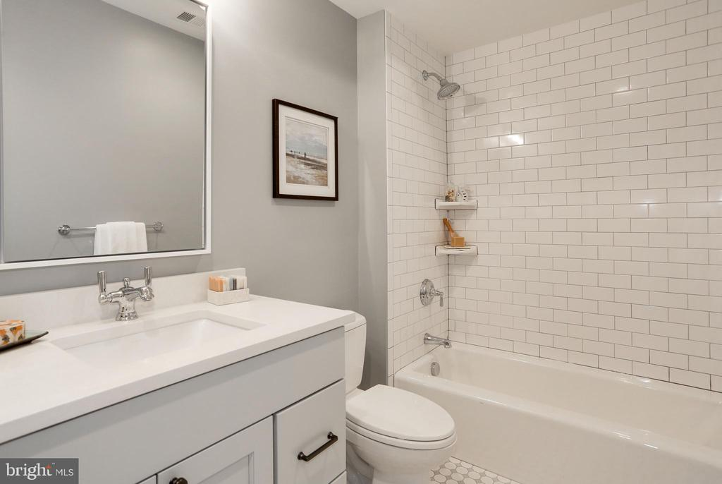 large vanity and inviting bathtub for guests - 3465 N EMERSON ST, ARLINGTON