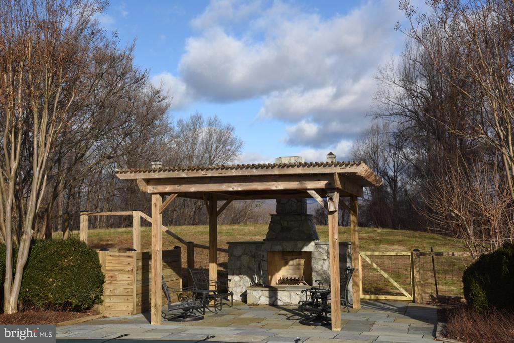 Outdoor Fireplace Pavilion - 1628 F T VALLEY RD, SPERRYVILLE