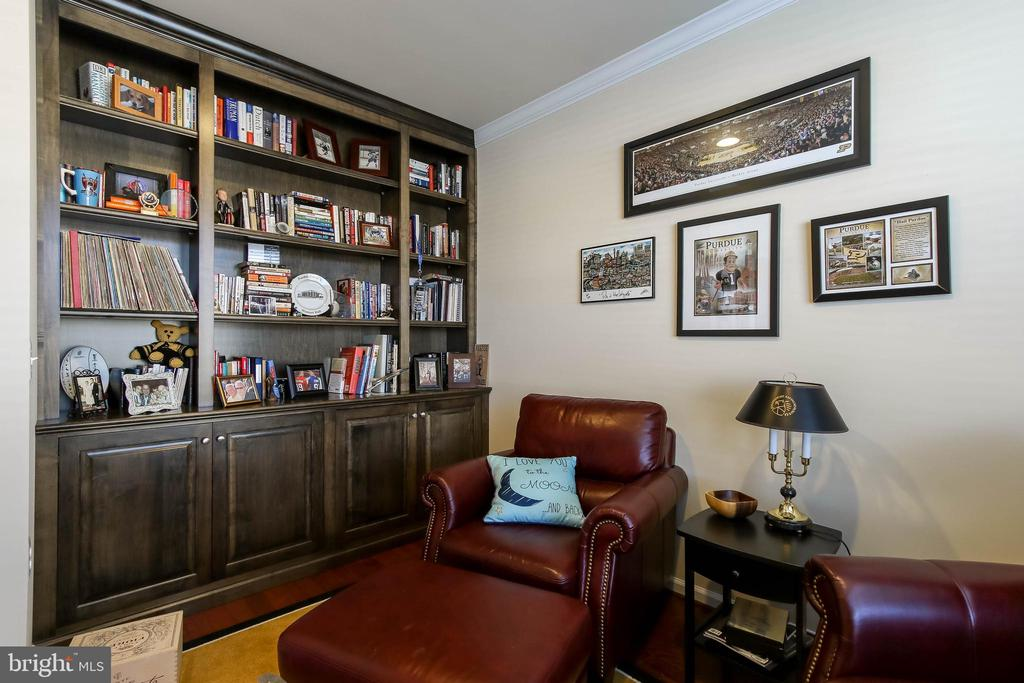MAIN LEVEL STUDY/LIBRARY OFFERS BUILT IN'S - 2302 ROE LN, FREDERICK