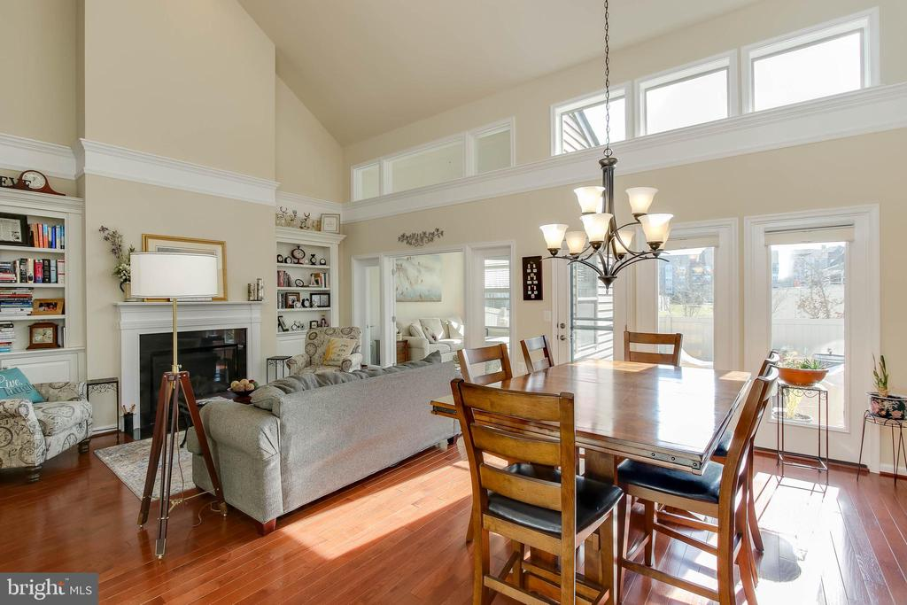 GREAT ROOM WITH FIREPLACE AND BUILT INS - 2302 ROE LN, FREDERICK