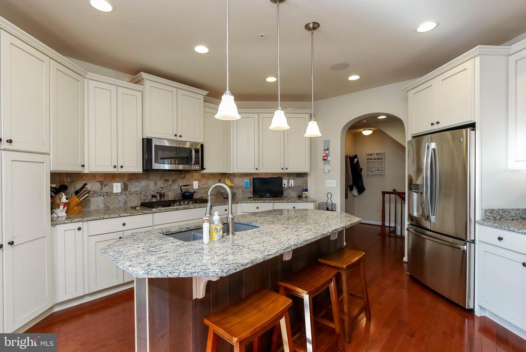 GOURMET KITCHEN  WITH GAS COOKING - 2302 ROE LN, FREDERICK