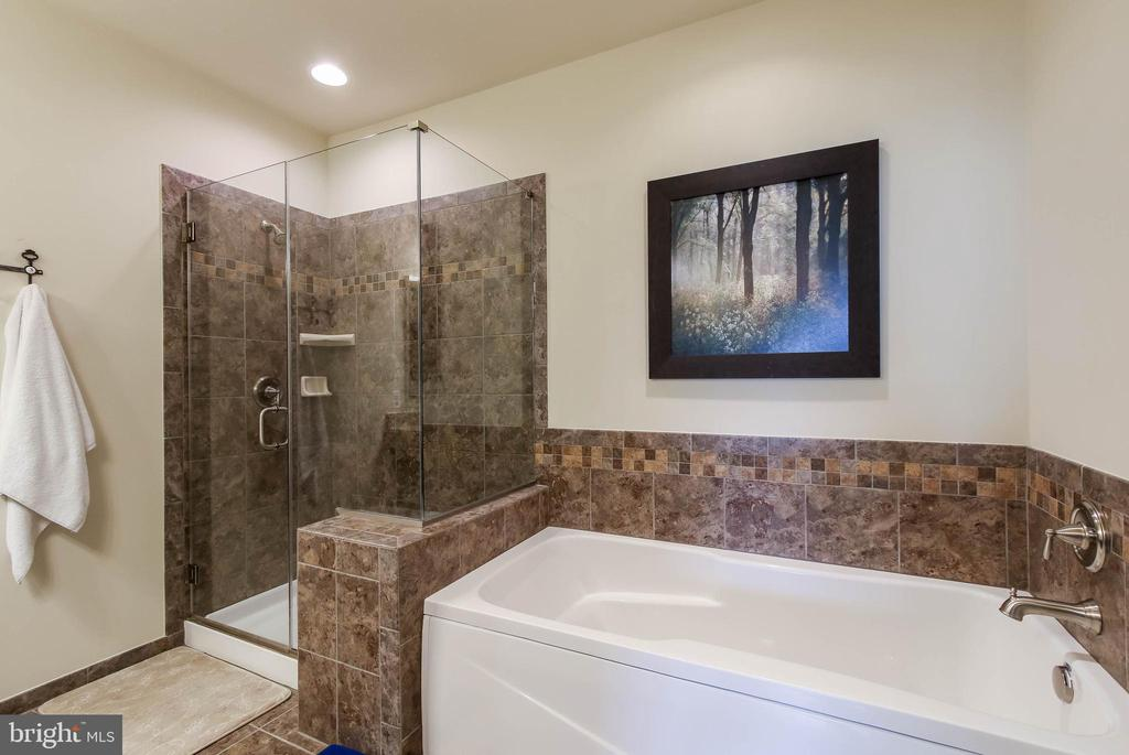 MASTER BATH W/ SOAKING TUB AND SEPARATE SHOWER - 2302 ROE LN, FREDERICK