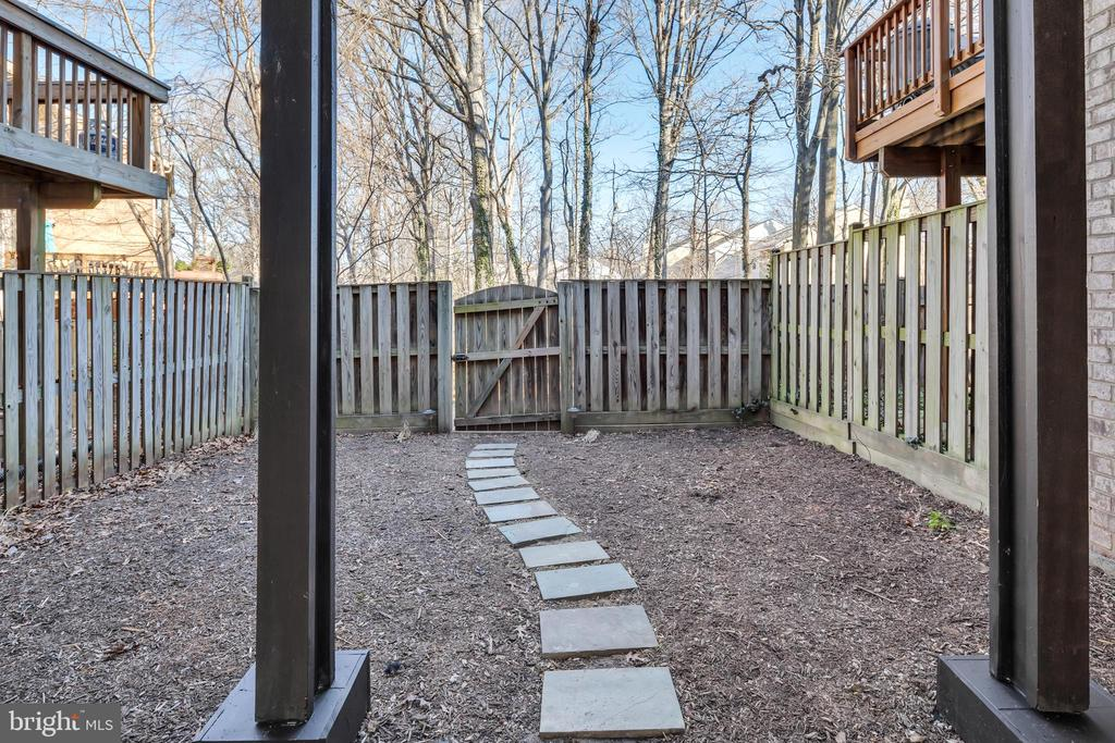 Fully fenced, low maintenance yard - 2053 SWANS NECK WAY, RESTON