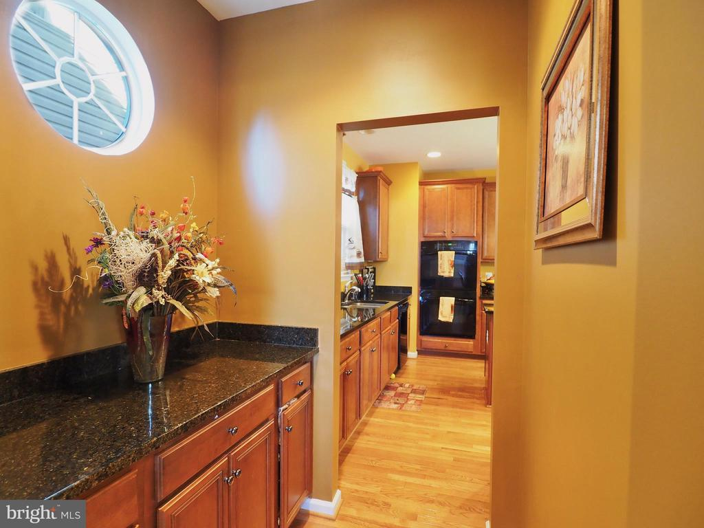 Butlers Pantry off Kitchen - 178 WOODSTREAM BLVD, STAFFORD