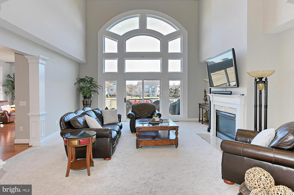 Two story family room w great views of golf course - 18374 KINGSMILL ST, LEESBURG