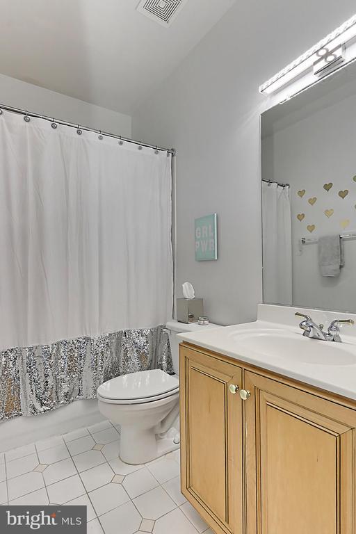 Full bath in second bedroom - 18374 KINGSMILL ST, LEESBURG