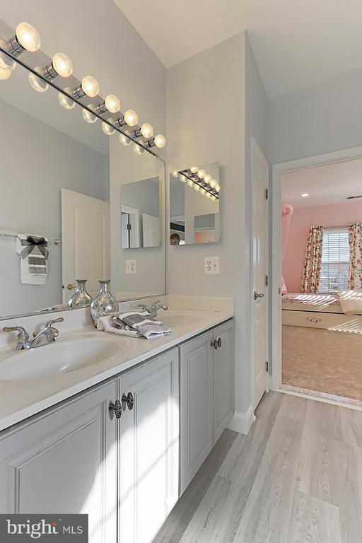 Full bathroom between bedroom 3 and 4 - 18374 KINGSMILL ST, LEESBURG