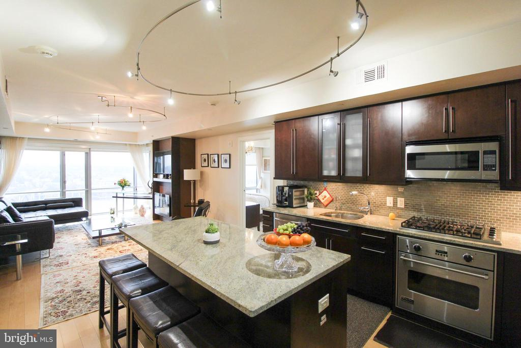 Large Gourmet Kitchen w/ eat in area - 1111 19TH ST N #22012202, ARLINGTON
