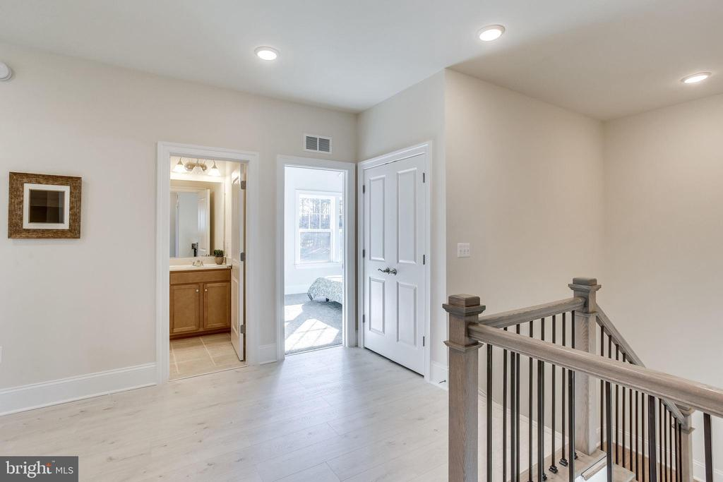 Open and brigh upper landing - 1061 MARMION DR, HERNDON