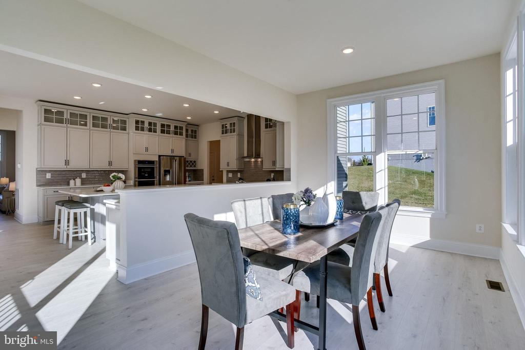 Open dining off of kitchen - 1061 MARMION DR, HERNDON