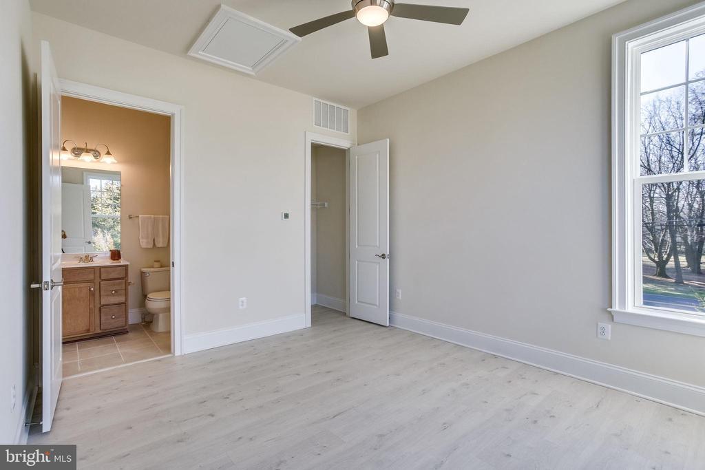 Main level guest bedroom w/en-suite bathroom - 1061 MARMION DR, HERNDON