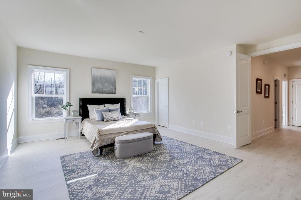 Sprawling master bedroom suite - 1061 MARMION DR, HERNDON