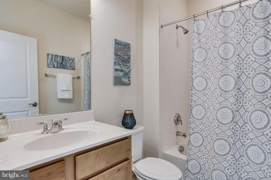 2nd bedroom en-suite w/tub - 1061 MARMION DR, HERNDON