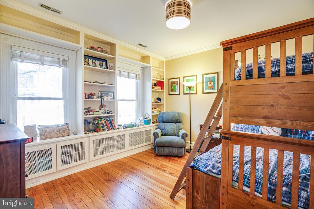 Bedroom #2 with great built ins - 604 HAWKE ST, FREDERICKSBURG
