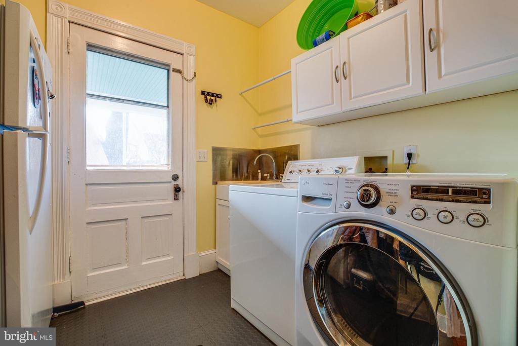 Main level laundry and mud room - 604 HAWKE ST, FREDERICKSBURG
