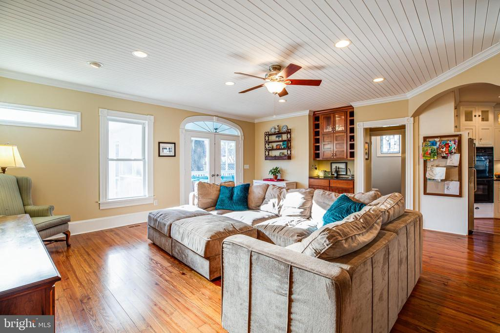 Family room opens to screened porch & back yard - 604 HAWKE ST, FREDERICKSBURG