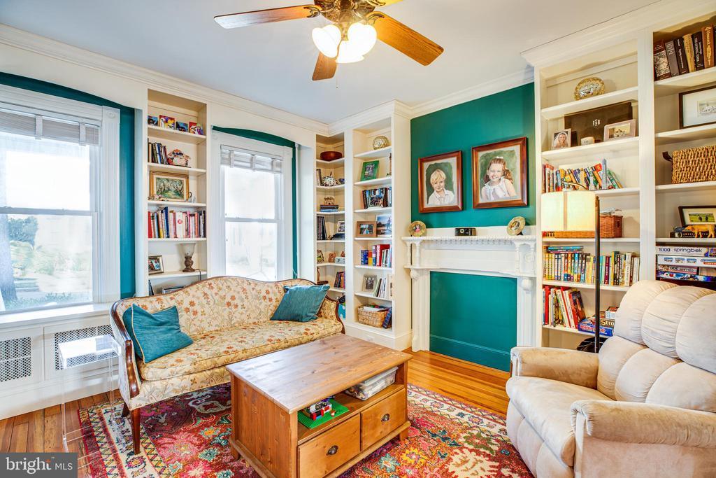 Living room w/lots of built ins! - 604 HAWKE ST, FREDERICKSBURG