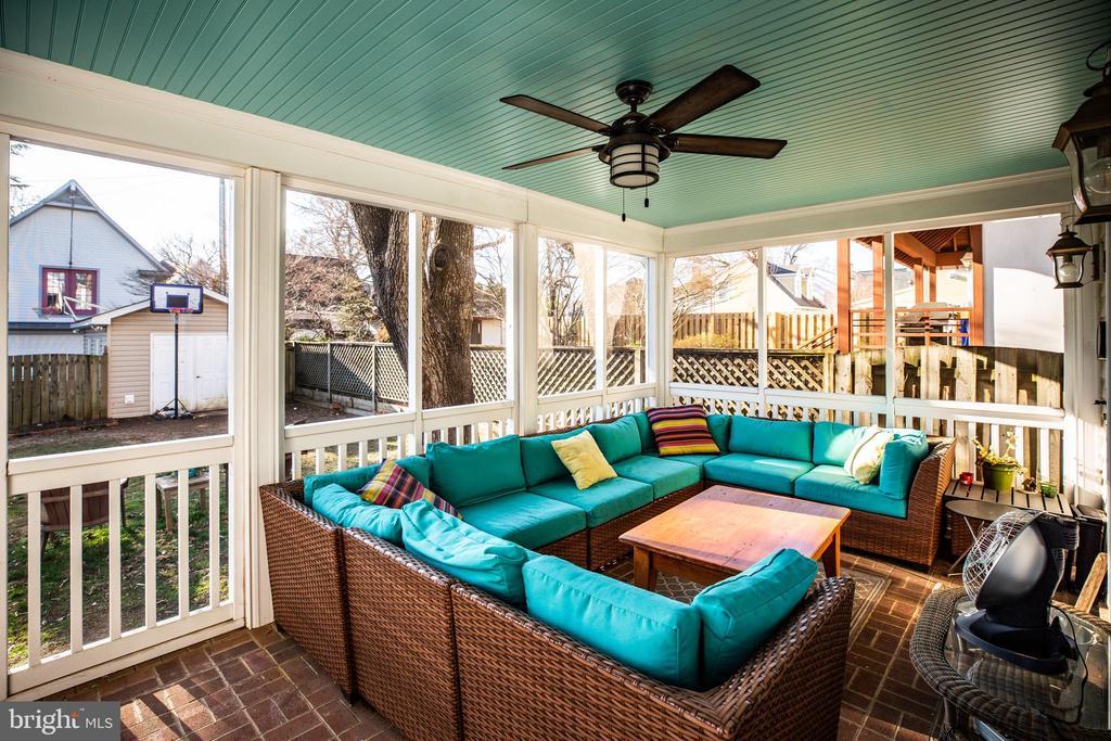 Fantastic screened porch - 604 HAWKE ST, FREDERICKSBURG