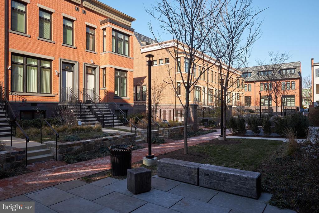 Courtyard - 419 GUETHLER'S WAY SE, WASHINGTON